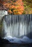 Heller Wasserfall lizenzfreie stockbilder