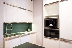 Heller weißer Kücheninnenraum Stockbilder