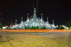 heller wellenartig bewegender Ritus um die weiße Pagode von Wat Asokkaram Lizenzfreies Stockfoto