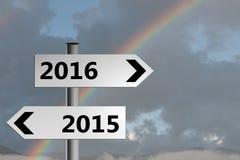 Hellere Zukunft, mit Regenbogen Wegweiser des neuen Jahres, Richtung 2016 Stockbild