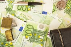Hellerer Geldbeuteluhrstift auf dem Hintergrund von Euroanmerkungen des Geldes 100 Stockbild