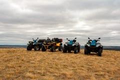 Helles ATVs im Schlamm sind am bewölkten Tag des Feldes, extrem lizenzfreie stockfotografie