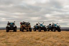 Helles ATVs im Schlamm sind am bewölkten Tag des Feldes, extrem lizenzfreie stockfotos