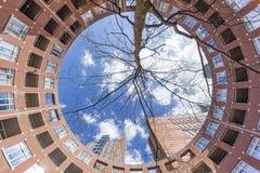 Helles Backsteinhaus am Clio-Platz Lizenzfreies Stockfoto