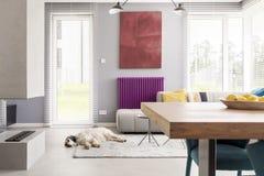 Helles beige zeitgenössisches Wohnzimmer lizenzfreies stockfoto