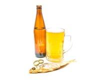 Helles Bier und salziger Stockfisch auf Weiß lizenzfreie stockfotografie