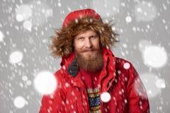Helles Bild des gutaussehenden Mannes in der Winterjacke Lizenzfreies Stockfoto