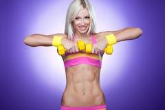 Helles Bild von einem blonden mit Dumb-bells Stockfoto