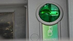 Helles Blitzen der Karte auf ATM-Maschine Lizenzfreies Stockfoto