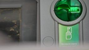 Helles Blitzen der Karte auf ATM-Maschine Stockbild