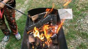 Helles brennendes Brennholz und heiße Kohle in einem Grill, in einem Feuer stock footage