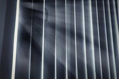 Helles Einsickern in die Wolke, schattiert durch das handse Lizenzfreies Stockfoto