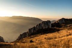 Helles Fallen des Herbstes auf die Felsen Lizenzfreies Stockfoto