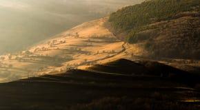Helles Fallen des Herbstes auf die Hügel Stockbild