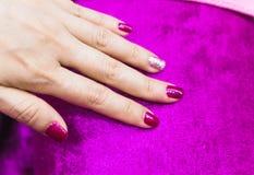 Helles festliches drak rosa Maniküre auf weiblichen Händen stockbilder