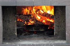 Helles Feuer im Ofen stockfoto