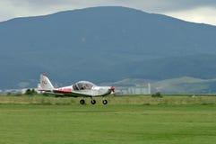 Helles Flugzeug im Flug Stockfoto