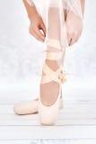 Helles Foto der Füße der Ballerina Stockbild