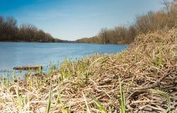 Helles Foto von ruhigem blauem Fluss Lizenzfreie Stockfotos