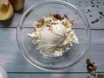 Helles Frühstück des Hüttenkäses, Sauerrahm, Nektarine mit Samen, trocknete Moosbeeren lizenzfreies stockfoto