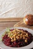 Helles Frühstück von roten Rüben und von Kichererbsen lizenzfreie stockbilder