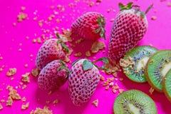 Helles Frühstücksbild - Getreide und Früchte am pinkfarbenen Tisch stockbilder