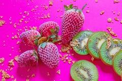 Helles Frühstücksbild - Getreide und Früchte am pinkfarbenen Tisch stockfotos