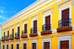 Helles gelbes Farbengebäude mit Patios Stockbilder