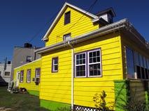 Helles gelbes Haus stockfotos