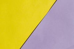 Helles gelbes und purpurrotes Papier- Beschaffenheitshintergrund-Diagonalen-locat stockbild