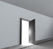 Helles Glänzen des weißen Lichtes der offenen Vertretung der Tür Stockbild