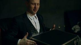 Helles helles Erscheinen vom Kasten und Fallen auf das Gesicht des Zauberkünstlers stock video
