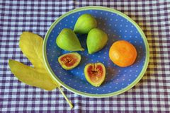Helles Herbststillleben mit reifer Feige trägt auf der Platte Früchte Stockfotos