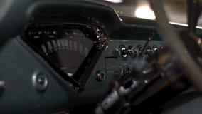 Helles Innen- und blaues amerikanisches Retro- außenauto stock video footage