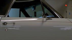Helles Innen- und blaues amerikanisches Retro- außenauto stock footage