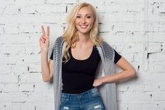Helles junges blondes Mädchen lächelt und wirft auf Lizenzfreies Stockbild