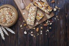 Helles Kohlenhydrat und proteinreiche Müsliriegel den ganzen Tag Energiefrühstück lizenzfreie stockbilder