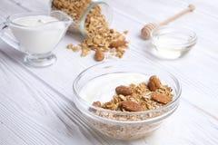 Helles Kohlenhydrat und proteinreiches Granola yougurt den ganzen Tag Energiefrühstück lizenzfreies stockbild