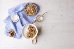 Helles Kohlenhydrat und proteinreiches Granola yougurt den ganzen Tag Energiefrühstück lizenzfreie stockfotografie