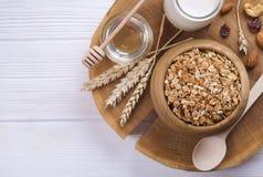 Helles Kohlenhydrat und proteinreiches Granola yougurt den ganzen Tag Energiefrühstück mischten Nüsse und Hafervegeterian Superle stockfoto