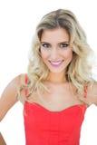 Helles lächelndes blondes Modell, das Kamera betrachtet Stockfoto