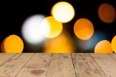 Helles Licht des Linsenunschärfe-Funkelns und rustikale hölzerne Tabelle Lizenzfreies Stockbild