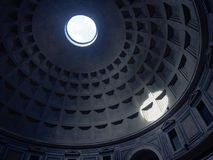 Helles Licht durch Pantheondach Stockfotos