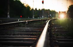 Helles Licht von den Scheinwerfern des nähernden Zugs, der auf Schienen mit Holzschwellen fährt stockfotos