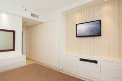 Helles Luxusschlafzimmer mit HD Fernsehapparat Stockbilder