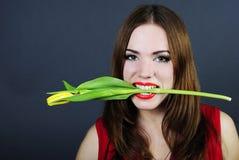 Helles Mädchen hält in der ??? Blume Stockfotos