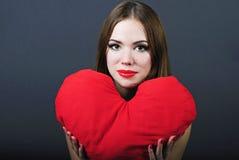 Helles Mädchen mit Kisseninnerem in der Hand Lizenzfreie Stockfotos