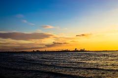 Helles Meer des Sonnenuntergangs Lizenzfreie Stockbilder