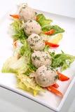 Helles Mittagessen mit Reispastetchen und -salat Stockfotos