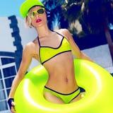 Helles Mode-Mädchen DJ im heißen Sommerfest des Pools reden an Stockfotografie